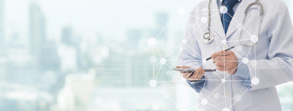 Operasan - Arzt mit Smartphone